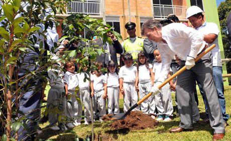 El Presidente de la República sembró este miércoles un árbol en las zonas verdes de la Ciudadela de Occidente, Urbanización El Tirol. Medellín - 27 de junio de 2012. Foto: César Carrión - SIG