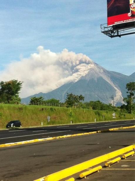 fuego1 e1347596375996 Guatemala: Por erupción del volcán de Fuego evacúan varias poblaciones. Fotos