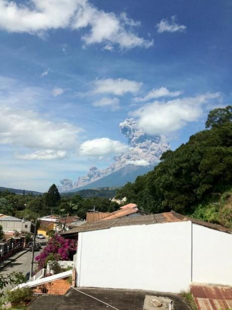 fuego2 e1347596340206 Guatemala: Por erupción del volcán de Fuego evacúan varias poblaciones. Fotos