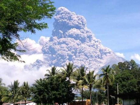 fuego3 e1347596298439 Guatemala: Por erupción del volcán de Fuego evacúan varias poblaciones. Fotos