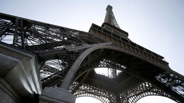 Reabierta la torre eiffel tras ser evacuada por amenaza de for Quien hizo la torre eiffel