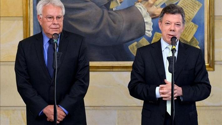 Juan Manuel Santos (d), hablando junto al expresidente español Felipe González (i) luego de una reunión en el Palacio de Nariño de Bogotá (Colombia). EFE/JAVIER CASELLA - SIG/PRESIDENCIA DE COLOMBIA