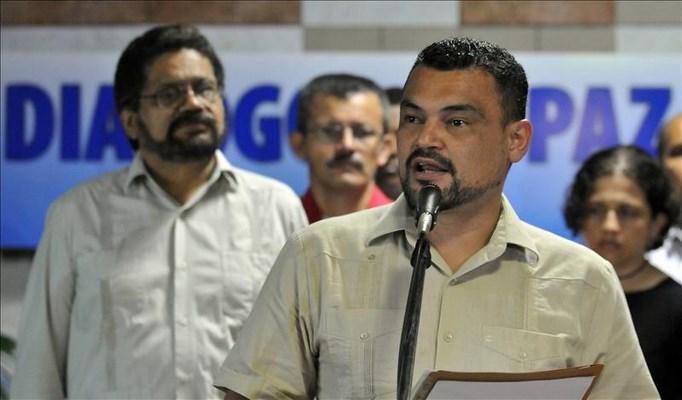 El integrante de las Fuerzas Armadas Revolucionarias de Colombia (FARC), Sergio Ibáñez (frente), lee un comunicado hoy, viernes 3 de mayo del 2013, durante la jornada final con la que concluye el octavo ciclo de conversaciones de paz entre el Gobierno de Colombia y las FARC en el Palacio de Convenciones de La Habana (Cuba). EFE