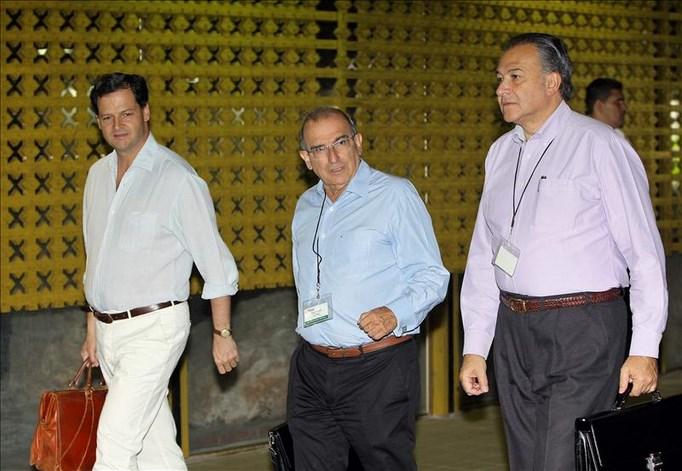 De izquierda a derecha, los negociadores del Gobierno colombiano, el excomisionado de paz, Sergio Jaramillo, el exvicepresidente de Colombia, Humberto de la Calle, y el general retirado de la policía, Oscar Naranjo (d). EFE/Archivo