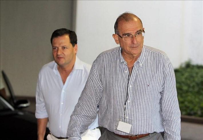 El expresidente de Colombia y líder del equipo negociador del Gobierno de Colombia, Humberto de la Calle (d), llega al Palacio de Convenciones de La Habana (Cuba). EFE
