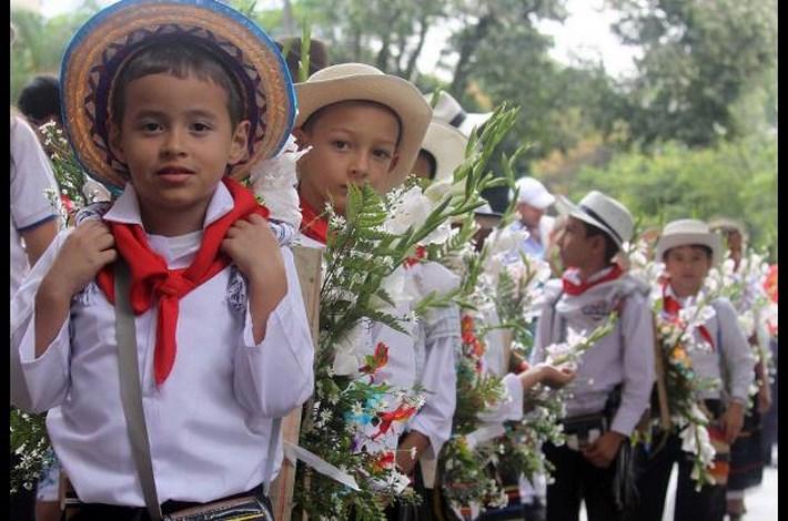Unos 2300 Niños Silleteritos Desfilan En Medellín Con