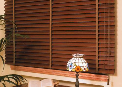 C mo limpiar las persianas de las ventanas con seguridad for Como limpiar puertas de madera muy sucias