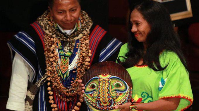 La indígena colombiana Matilde López Arpushana, líder del pueblo wayuu, recibe el Premio Nacional a la Defensa de los Derechos. EFE