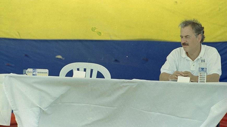 El presidente de Colombia Andrés Pastrana espera inutilmente a Tiro Fijo que ese dia nunca llegó Copiar