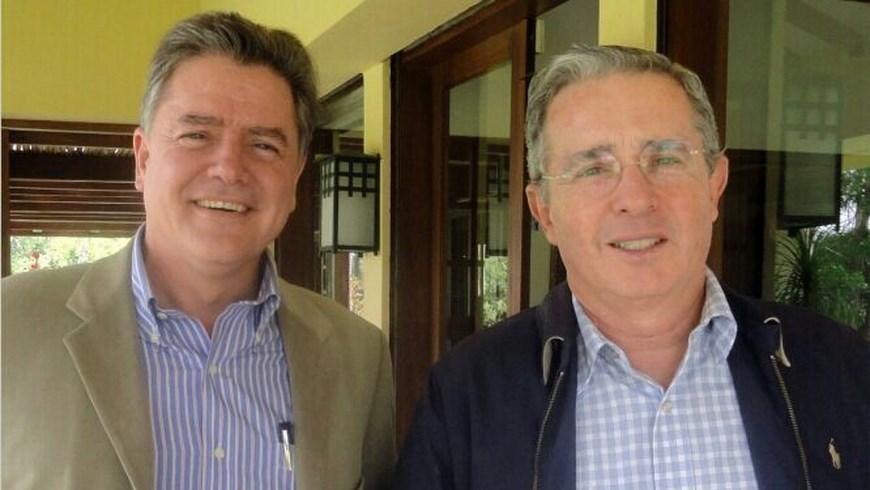 Juan Carlos Vélez Uribe acompañado de Alvaro Uribe Vélez
