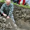 Esqueleto de un hombre que vivió a principios del siglo XIII y fue enterrado con un cuchillo atravesándole el corazón. EFE