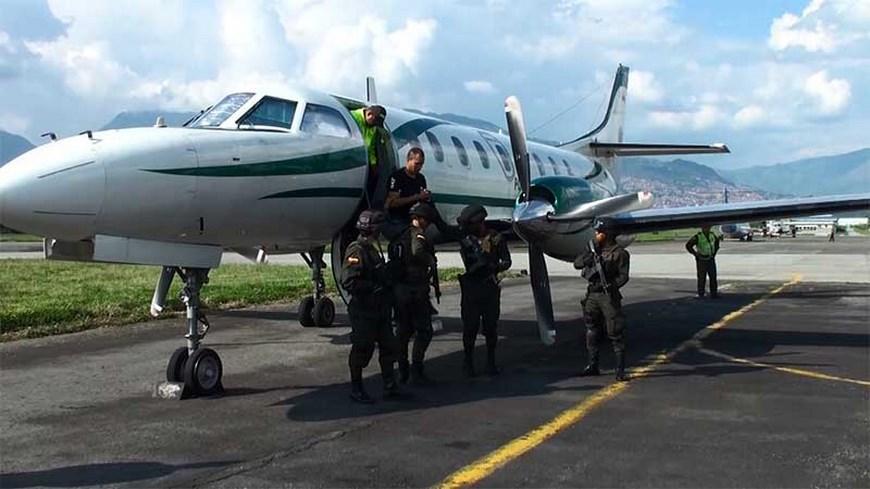 Llegada a Medellín de alias 'Daniel' en un avión de la Policía. Foto: Policía Metropolitana