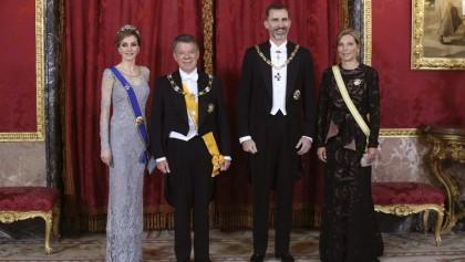 Los Reyes Felipe VI y Letizia posan con el presidente de Colombia, Juan Manuel Santos (2i), y su esposa, María Clemencia Rodríguez (d), momentos antes de la cena de gala que les han ofrecido hoy en el Palacio Real con motivo de su visita de Estado a España de tres días. EFE