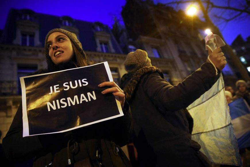 Manifestación en memoria del fiscal argentino Alberto Nisman, quien fue encontrado con un tiro en la cabeza en el baño de su casa en vísperas de acudir al Congreso para detallar una denuncia contra la presidenta de Argentina, Cristina Fernández. EFE/Archivo