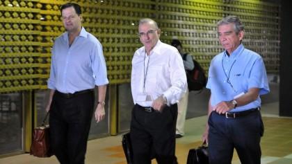 El jefe de la delegación de paz del Gobierno colombiano, el ex vicepresidente Humberto de la Calle (c), acompañado de los delegados Sergio Jaramillo (i) y el exgeneral Jorge Mora Rangel. EFE/Archivo.
