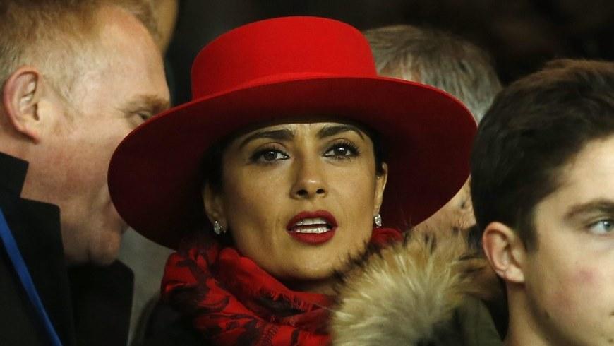 La actriz mexicana Salma Hayek durante un partido de fútbol entre el París Saint Germain contra Rennes, en París. EFE/Archivo