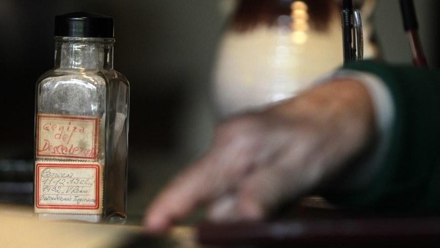 """una uruguaya de 92 años, sostiene un frasco donde guarda las cenizas que cayeron en Uruguay durante la erupción del volcán chileno conocido como el """"Descabezado Grande"""" en 1932, y que mantiene como su mayor tesoro desde hace más de ocho décadas. EFE"""