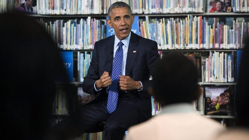 """El presidente estadounidense Barack Obama, participa en una """"excursión virtual"""" con estudiantes de educación intermedia (""""middle school""""), en la biblioteca Anacostia de Washington, Estados Unidos, hoy, jueves 30 de abril de 2015. EFE"""