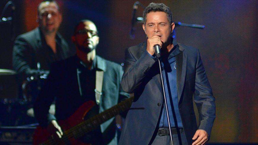 El cantante español Alejandro Sanz se presenta en la ceremonia de entrega de los premios Billboard de la Música Latina 2015 hoy, jueves 30 de abril 2015, en el BankUnited Center de la Universidad de Miami, Florida (EE.UU.). EFE