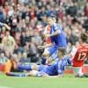 El delantero del Arsenal Olivier Giroud (d) trata de llegar antes al balón que el defensa del Chelsea Gary Cahill (c) durante el partido de la Premier League que han jugado Arsenal y Chelsea en el Emirates Stadium de Londres, Reino Unido. EFE/EPA