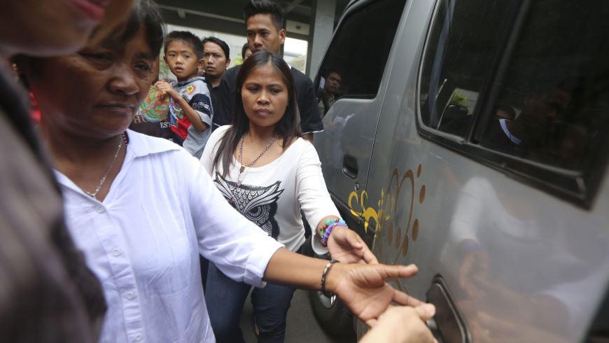 Celia Veloso (izda), madre de la filipina indultada Mary Jane Veloso, y su hermana Marites (dhca) abandonan la prisión de Wirogunan tras visitar a Mary Jane en Yakarta (Indonesia).EFE