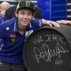 El piloto italiano de MotoGP Valentino Rossi posa con la barril de vino que ha firmado tras descubrir hoy su estrella en el Paseo de la Fama de Motociclismo de Jerez. EFE