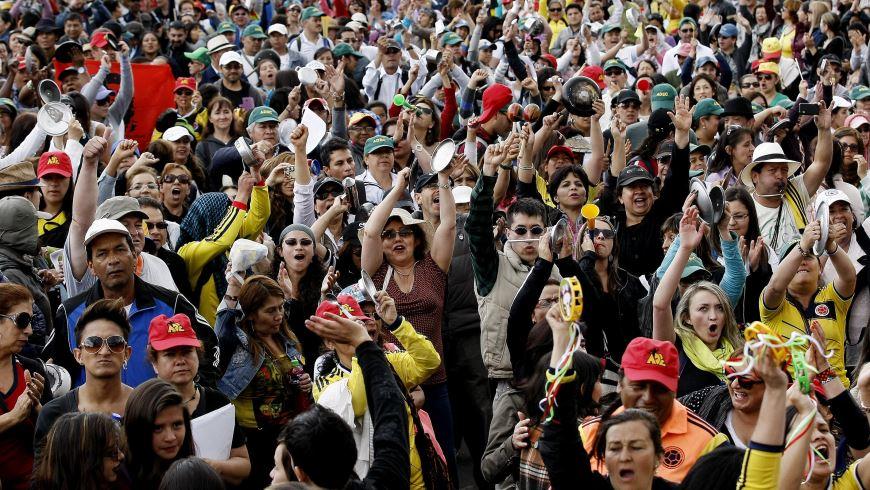 Cientos de profesores marchan exigiendo mejoras salariales, prestación de servicio de salud y otros beneficios con un cacerolazo ante la sede del Ministerio de Educación en Bogotá. EFE