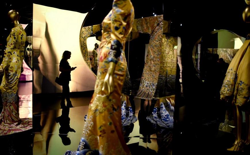 """Vista de algunos de los vestidos registrados este lunes y que forman parte de la exposición """"China: a través del espejo"""", en el Museo de Arte Moderno (MoMA) de Nueva York (EE.UU.). EFE"""