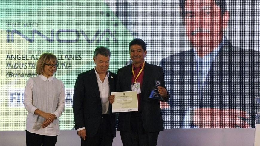 El presidente de Colombia, Juan Manuel Santos (c), junto su ministra de Comercio, Industria y Turismo, Cecilia Álvarez-Correa (i) y el gerente general de Industrias Acuña, Ángel Acuña (d), durante la ceremonia de entrega de los premios Innova 2014. EFE