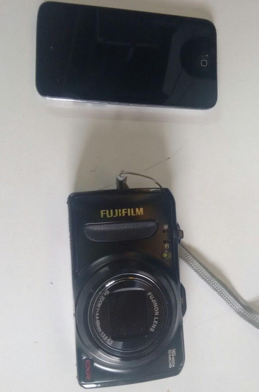Cámara y celular robados. Foto: Policía Metropolitana del Valle de Aburrá.