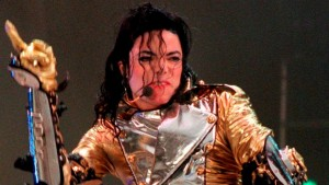 POP06 GELSENKIRCHEN (ALEMANIA) 29/8/2010.- Foto de archivo del 15 de junio de 1997 que muestra al cantante estadounidense, Michael Jackson, durante un concierto en el Parkstadion de Gelsenkirchen, Alemania. Michael Jackson cumpliría 52 años, hoy, domingo 29 de agosto de 2010. El 'rey del pop' murió el 25 de junio de 2009. EFE/HERBERT SPIES