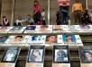 """Familiares exhiben las fotos de sus seres queridos víctimas de los """"falsos positivos"""", como se conocen los asesinatos de inocentes por parte de agentes estatales para ganar méritos. EFE/Archivo"""