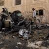 Varios yemeníes inspeccionan el lugar tras explotar un coche bomba en Saná (Yemen). EFE