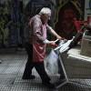Un hombre empuja un carrito con material para reciclar en Atenas, Grecia, hoy. EFE