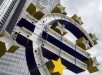 Vista de la escultura del euro durante su proceso de renovación frente a la antigua sede del Banco Central Europeo (BCE) en Fráncfort, Alemania. EFE/Archivo