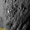 Fotografía cedida por la Agencia espacial estadounidense NASA que muestra un primer plano de la región ecuatorial del Plutón, que revela una serie de jóvenes montañas con una altura aproximada de 3,500 metros sobre la helada supercificie. EFE