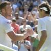El tenista suizo Roger Federer (d) sa saluda con su rival, el australiano Samuel Groth, a la finalización del partido de tercera ronda de Wimbledon que se ha jugado en el All England Lawn Tennis Club, en Londres, Reino Unido. EFE/EPA