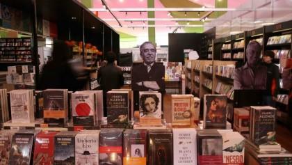 Visitantes recorren uno de los stands de la vigésima Feria Internacional del Libro (FIL) en Lima (Perú). EFE