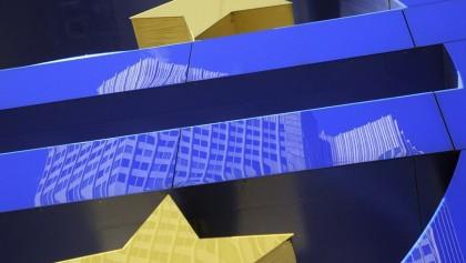 Fotografía de archivo tomada el 2 de marzo de 2012 que muestra el edificio del Banco Central Europeo (BCE) reflejado sobre el símbolo del Euro, en Fráncfort (Alemania). EFE/Archivo