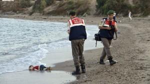 Al menos seis muertos al hundirse una barca de inmigrantes en el Egeo