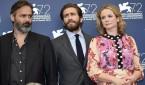 De izquierda a derecha: el director islandés Baltasar Kormakur, el actor estadounidense Jake Gyllenhaal y la actriz británica Emily Watson durante la edición número 72 del Festival de Cine de Venecia. Foto: EFE.