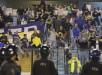 Seguidores del Boca Juniors reaccionan luego de que lanzaran gas pimienta desde la tribuna durante un partido por los octavos de final de la Copa Libertadores entre River Plate y Boca Juniors. EFE/Archivo