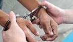 hombre capturado, detenido, esposado