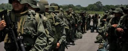 Miembros de la Armada de Venezuela forman a su llegada , a la localidad de La Fría (Venezuela). EFE/Archivo