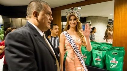 La estudiante de Odontología de 19 años y nueva Miss Venezuela Mariam Habach Santucci, participa en una conferencia de prensa, este 9 de octubre del 2015, en Caracas (Venezuela). EFE
