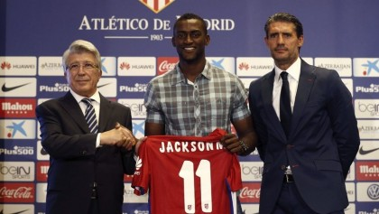 En la imagen, el delantero colombiano Jackson Martínez, jugador del Atlético de Madrid, junto al presidente Enrique Cerezo (i) y el director deportivo, José Luis Pérez Caminero (d). EFE/Archivo.