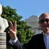 El canciller de Argentina, Héctor Timerman, posa el 9 de octubre de 2015, junto a un busto de Eva Perón en La Habana (Cuba), luego de que fuera inaugurado oficialmente. EFE
