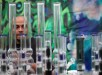 Un hombre observa pipas para la quema de cannabis en la quinta edición de la feria Expoweed, la muestra de cannabis más grande de Sudamérica que reúne a los representantes y exponentes más importantes de esta especie herbácea de la familia Cannabaceae, con propiedades psicoactivas en Santiago de Chile. EFE.