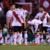 Los jugadores de River Plate se lamentan tras perder ante Huracán el pasado 5 de noviembre de 2015, durante el partido por una de las semifinales de la Copa Sudamericana. EFE/Archivo