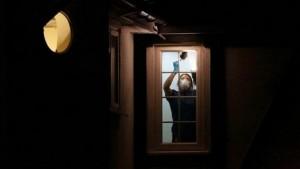 Una agente realiza el peritaje de una vivienda donde ocurrió un homicidio. Archivo/agencias.
